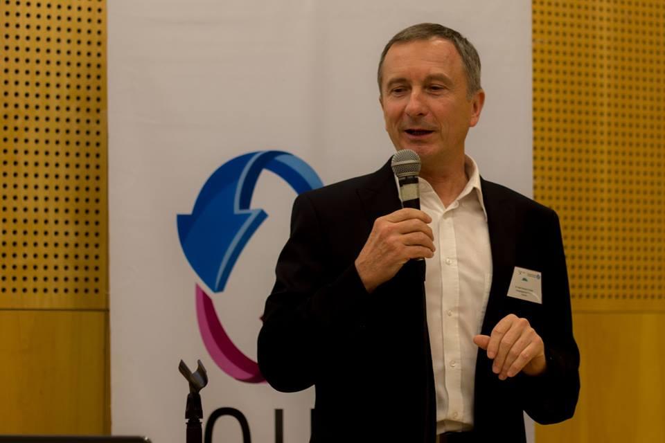 El Dr. Jean François Cerisier en la conferencia de cierre, que se enfocó en la cultura escolar frente a la transición digital
